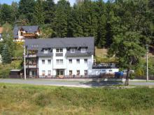 Das Haus ist in einem Tal gelegen.